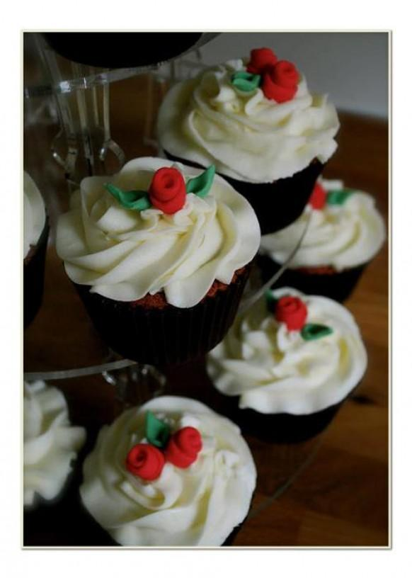 wedding photo - Red roses wedding cupcakes