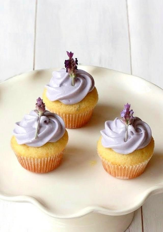 hochzeits cupcakes lavendel cupcakes 2055701 weddbook. Black Bedroom Furniture Sets. Home Design Ideas