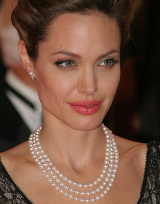 wedding photo - Angelina Jolie Three Stunning Classic Single Strand Pearl Necklaces