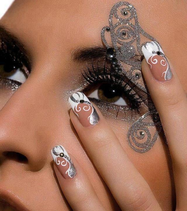 Креативные ногти со стразами
