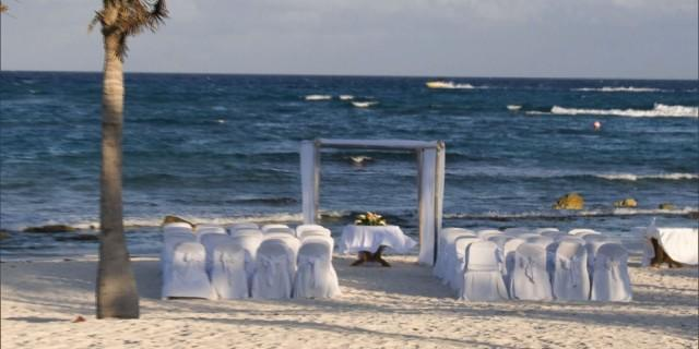 Dad And Sister Of The Bride Say Destination Wedding Is Too Expensive