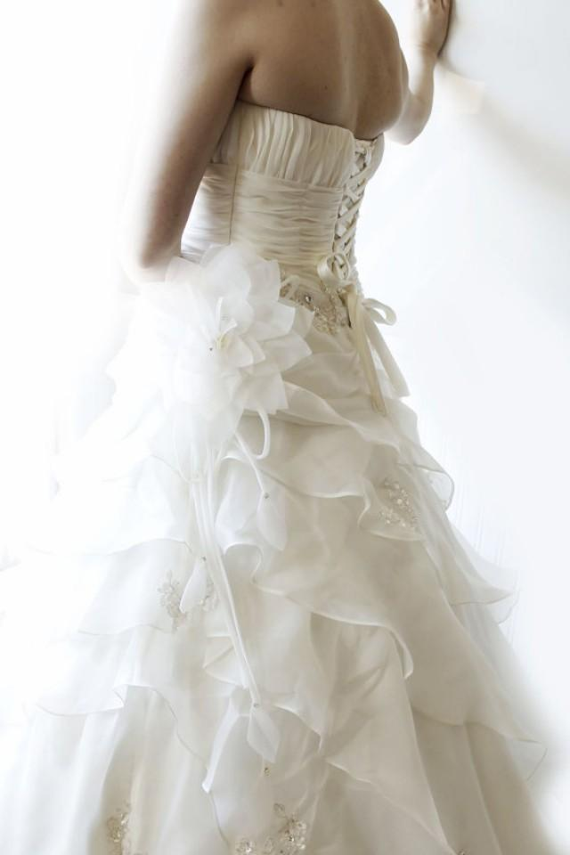 Exquisite Flowers Sleeveless Silk Organza Bridal Wedding Dress With Long Trai