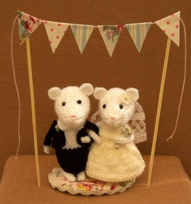 Knitting Cake Toppers : Bride and groom mice with bunting wedding