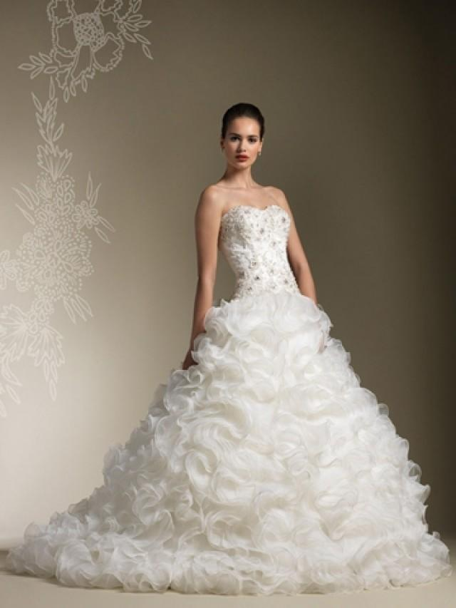 wedding photo - Full Organza Ruffle Skirt Wedding Dress with Strapless Sweetheart Beaded Lace Bodice
