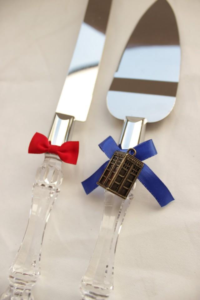 dr who wedding cake server and knife tardis and bowtie wedding cake cutter doctor who. Black Bedroom Furniture Sets. Home Design Ideas