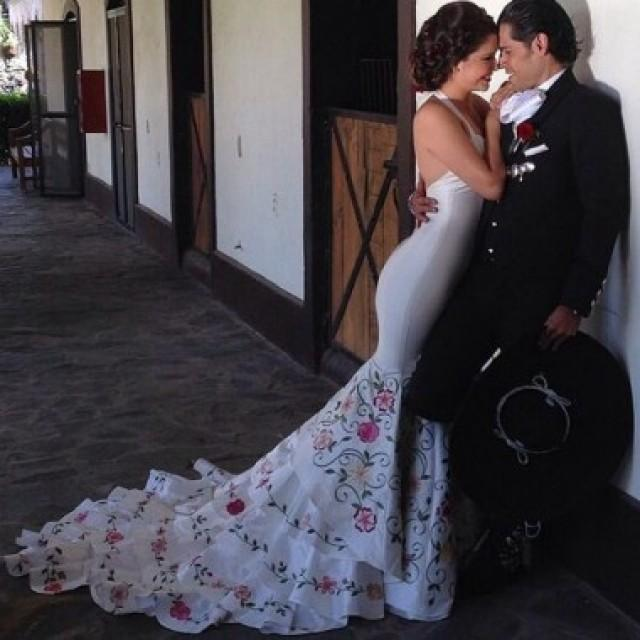 wedding photo - New Arrival Halter Wedding Dresses Bridal Gown with Embroidery