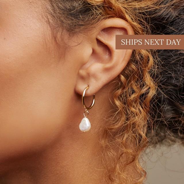 MARGOT Pearl Hoops • Pearl Huggie Hoops • Pearl Earrings • Pearl Jewelry • Bridesmaids Jewelry • ER022