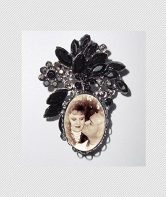 Свадьба - Memorial Photo Brooch Black Gems Old World - FREE SHIPPING