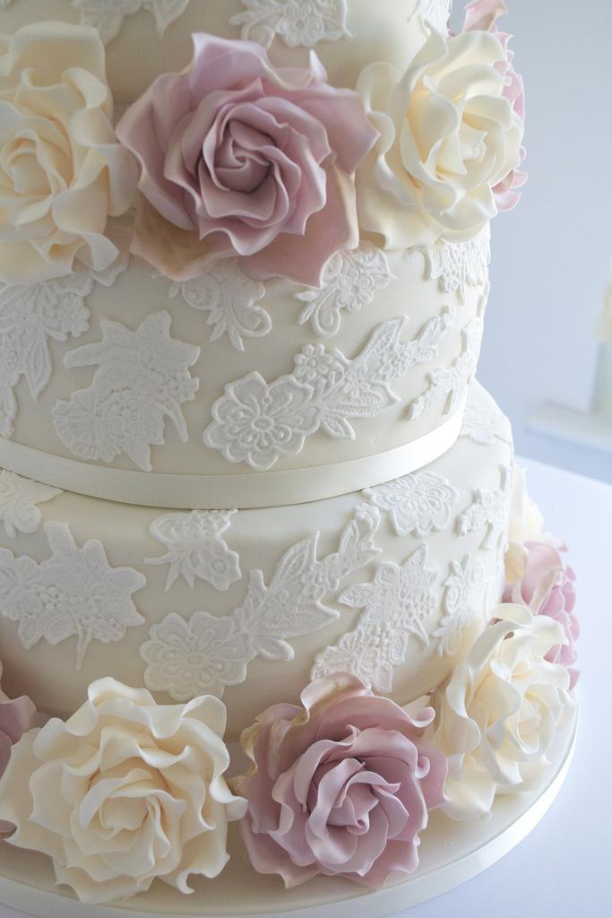 Wedding - Wedding cake with lace & ivory and amnesia roses