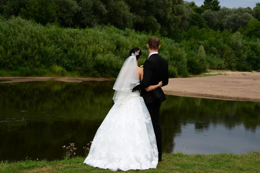 Mariage - couple by the river