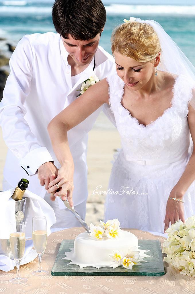 Cutting Cake At Wedding Symbolism Tiered Wedding Cakes The Symbol