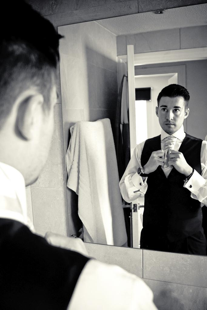 Mariage - Groom In The Mirror