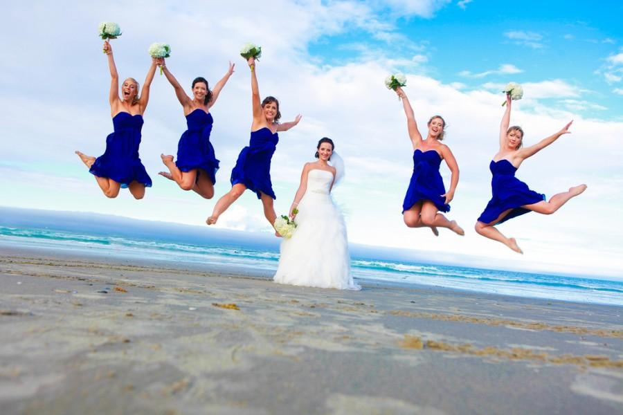 Wedding - Jumping bridesmaids around the bride