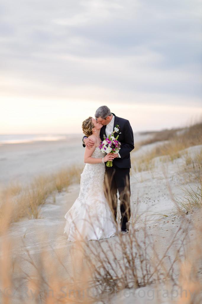 Свадьба - Поцелуй В Красивом Закате На Дюны