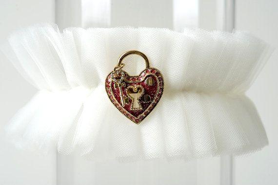 Coeur de verrouillage tulle mariage jarreti re broche for Robes de mariage de betsey johnson