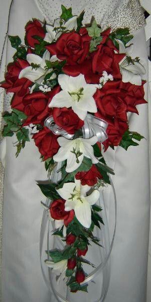 Rote Hochzeits Rote Rosen Und Weisse Lilie Cascade 2054728 Weddbook