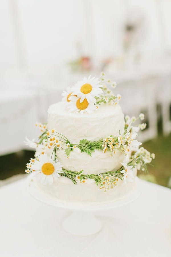 Hochzeitstorte Mit Frischen Ganseblumchen 2057135 Weddbook