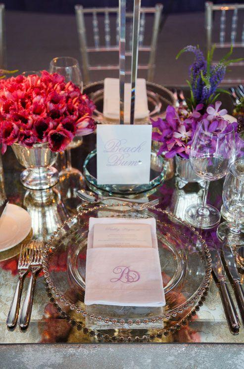 Mariage - La place de chaque hôtes dispose d'un monogramme serviette et le menu imprimé.