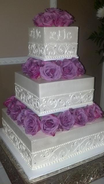 Свадьба - Белый Свадебный Торт С Фиолетовыми Цветами