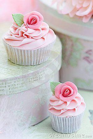 hochzeits cupcakes h bsche rose cupcakes 2062158 weddbook. Black Bedroom Furniture Sets. Home Design Ideas