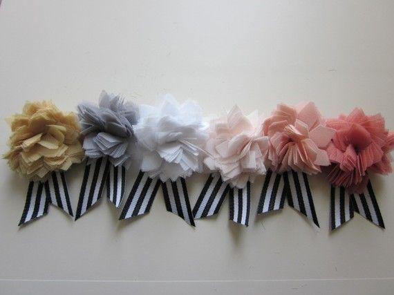 Mariage - Dahlia fleur de tissu Boutonnière Broche Avec ruban noir et blanc à rayures