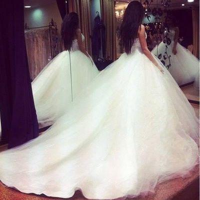 Невеста в свадебном платье и