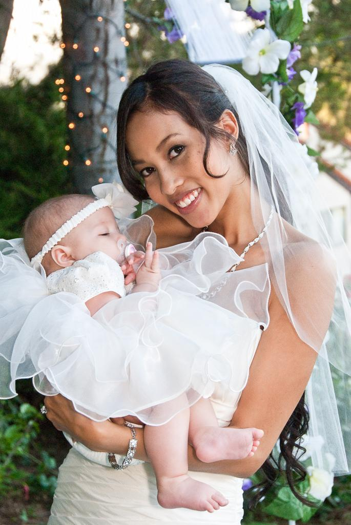 Hochzeit - Ein Mutter-Braut mit ihrem kleinen Baby