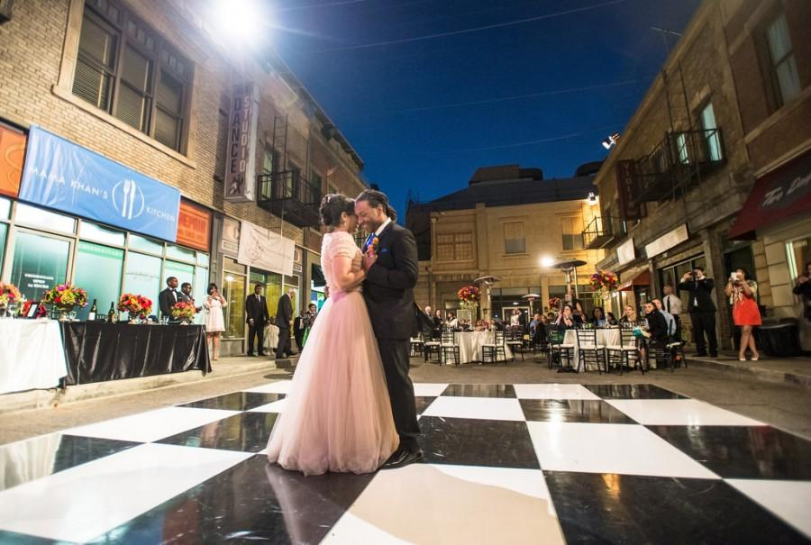 Mariage - Les gens mariés dansent dans la rue