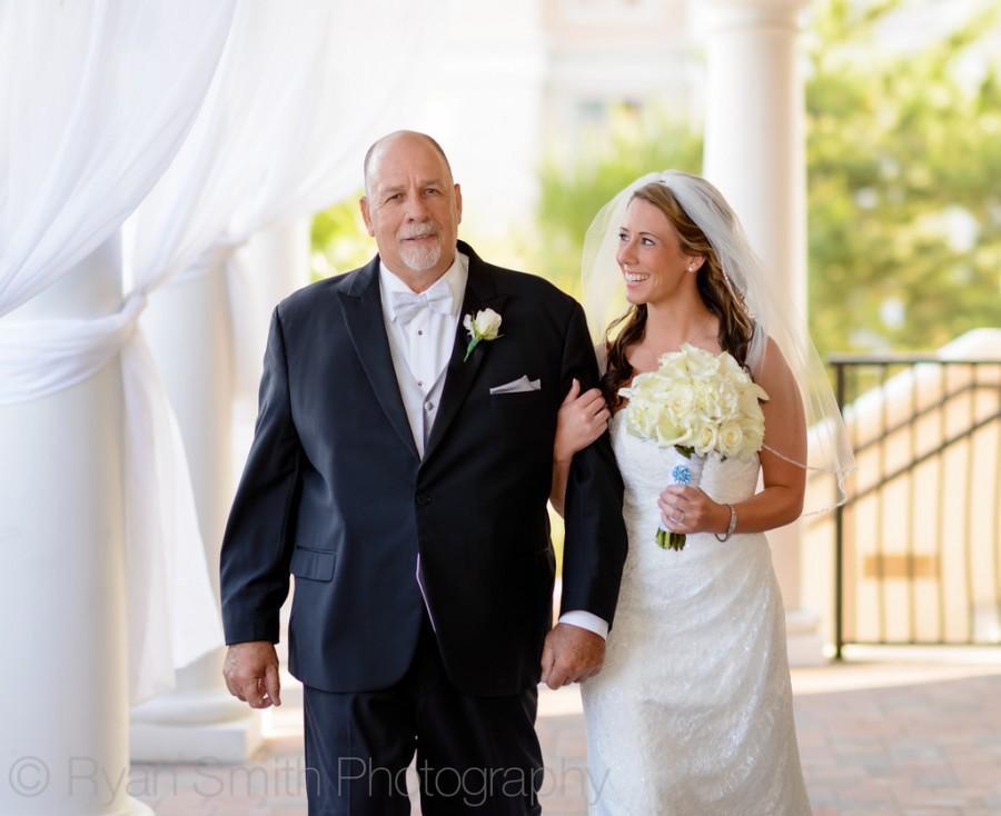 Hochzeit - Braut und Vater zu Fuß in Richtung Verleihung