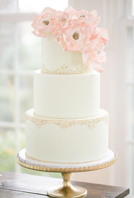 Свадьба - Elegant White Cake With Gold Piping