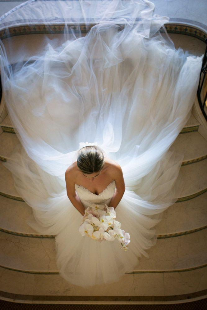 Свадьба - Beautiful Bride Photo! Love The Tulle Train And Long Veil.