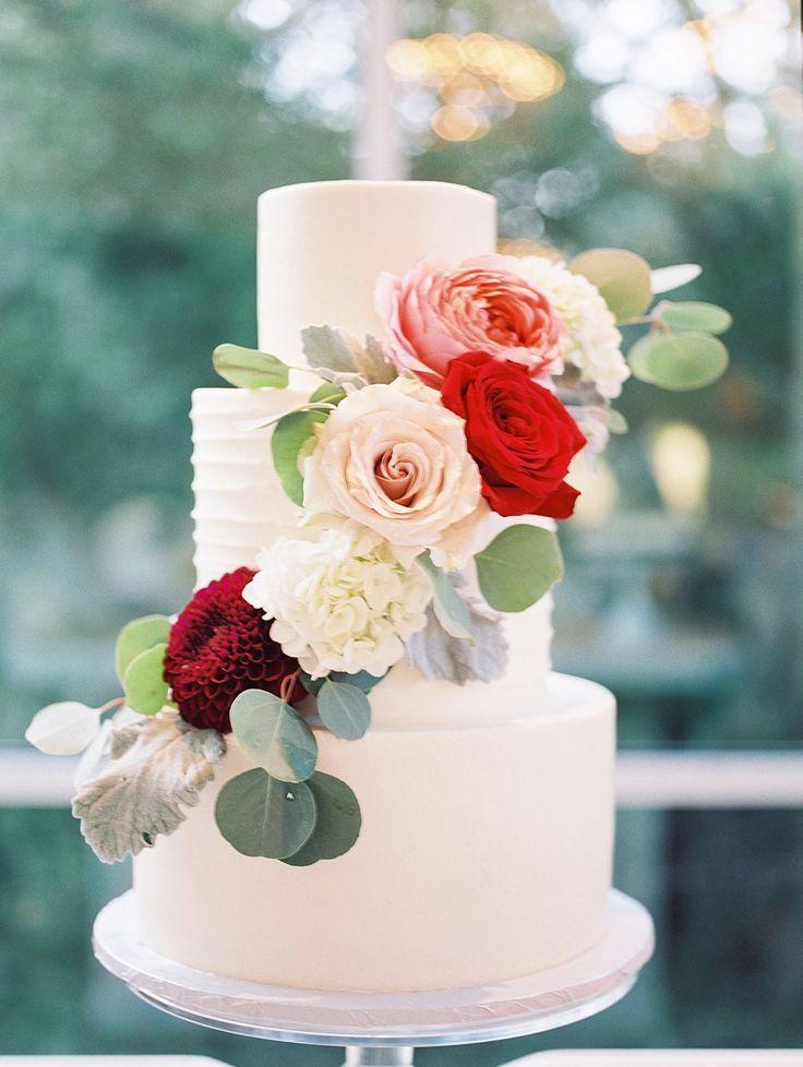 Свадебный торт с живыми цветами на