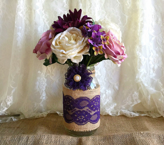 Свадьба - purple burlap and lace covered mason jar vase - wedding decoration, bridal shower decoration, country chic decoration