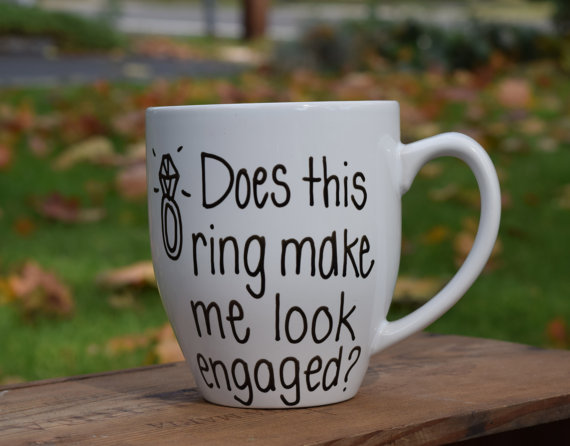 Mariage - Does This Ring Make Me Look Engaged Mug, engagement mug, engagement announcement,bride to be, does this ring make me look engaged, funny mug