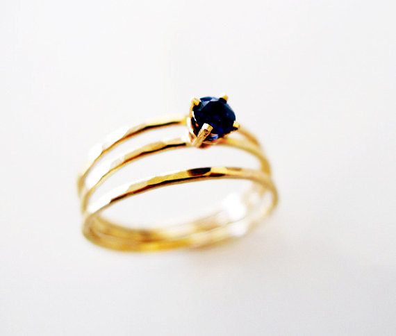Mariage - Royalty. Engagement Blue Sapphire Ring. Hammered 14K Gold And Conflict Free Blue Sapphire. Made to Order.