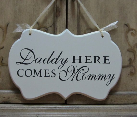 Mariage - Daddy Here Comes Mommy Hand Painted Wooden Wedding Sign / Ring Bearer Sign / Flower Girl Sign