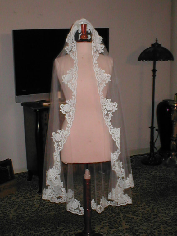 Hochzeit - Exquisite Vintage Light IVORY Alencon Lace Mantilla Bridal Veil Headpiece