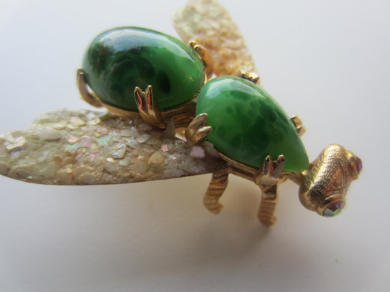 Hochzeit - Vintage brooch,  beautiful winged bug/ insect, with  green glass insets, gold metal, unique design, (jan 613)