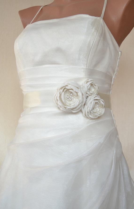 Свадьба - Handcrafted Joint Flowers Wedding Dress Ivory Bridal Sash Belt