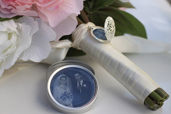 زفاف - Cherish- Vintage Inspired Photo Locket Bouquet Charm in Silver or Bronze with keepsake photo tin