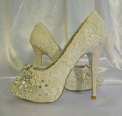 Mariage - Twinkle Toes vintage lace wedding shoes 5 1/4 inch heel and peep toes... lots of sparkle