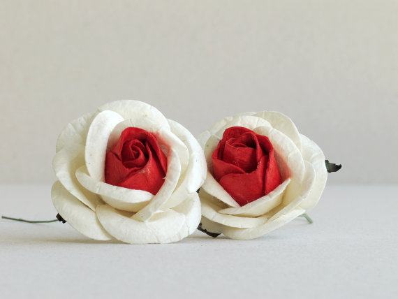 Mariage - 50mm Ivory Roses with Red Centre (2pcs) - Large mulberry paper flowers with wire stems - Great for wedding decoration and bouquet