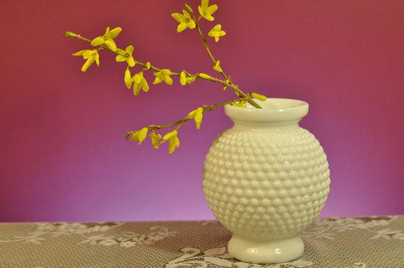 Mariage - Vintage Hobnail Milk Glass Round Vase -for Wedding Table Centerpiece or Bouquet Holder