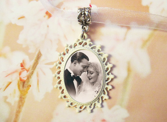 Mariage - CUSTOM Ivory Memorial Wedding Bouquet Photo Charm #22 -  Oval Cream - Off White - Shabby Chic French Cottage