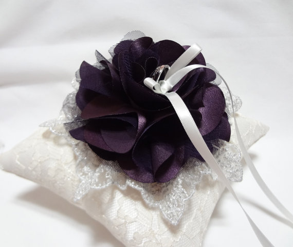 Mariage - Purple wedding ring pillow - deep purple satin tulle bloom and silver lace on Ivory lace ring pillow