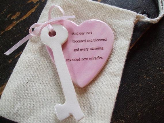 زفاف - Bouquet charm Valentine Key to your heart Personalized Custom Grooms Gift, Brides Gift, Wedding Favor, Porcelain Glazed Heart  Skeleton Key