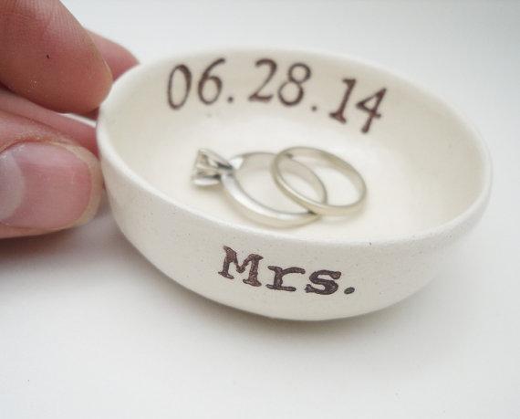 Mariage - custom MRS mrs. Mrs Smith, etc RING HOLDER gift for bride ring holder wedding date bridal shower gift hers ring pillow wedding gift ceramic