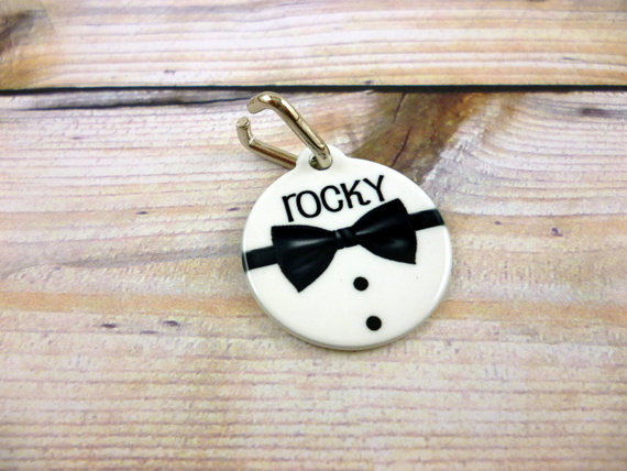 Свадьба - Personalized Bowtie Pet Tag - Wedding Pet tag- Cat tag - Custom Pet ID tag - Black bow tie - Neck tie Pet tag