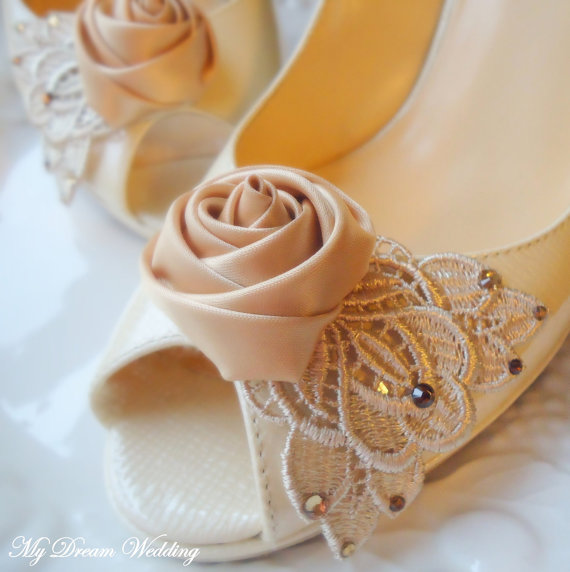 Свадьба - Beige shoe clips. Beige rose and Venice lace accented  with Swarovski Crystals  -NUDE COLLECTION-01