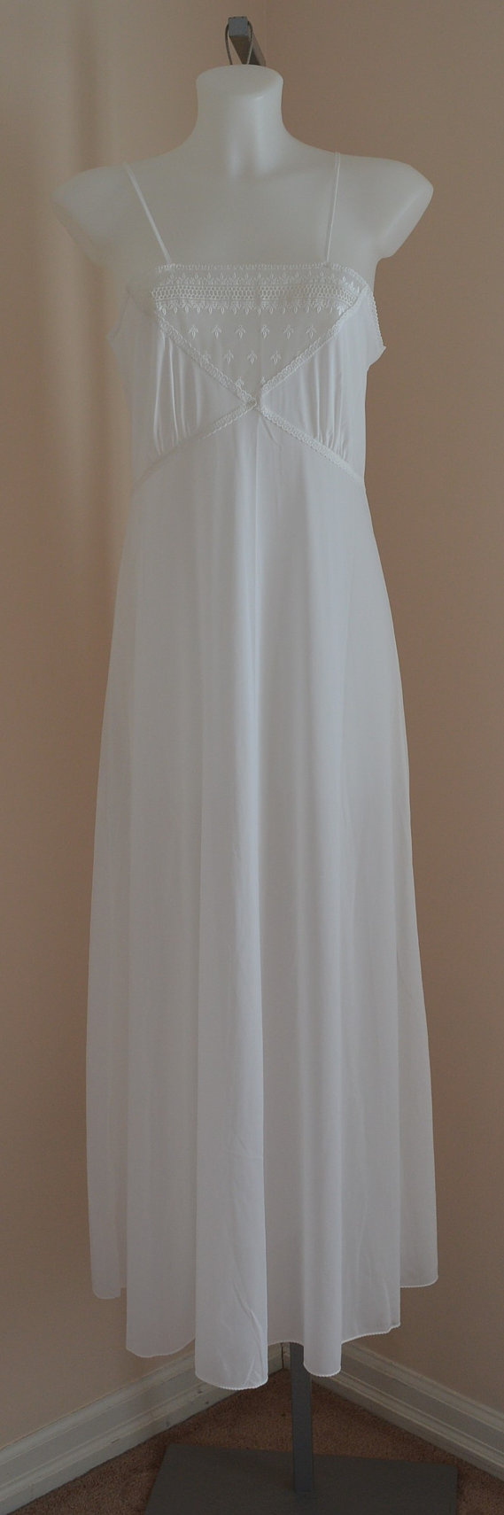 Hochzeit - Vintage White Nightgown, Vintage Nightgown, Vintage Nightgowns, Wedding, Bridal, Romantic, Summer, Lingerie, Vintage Lingerie, Sleep Wear